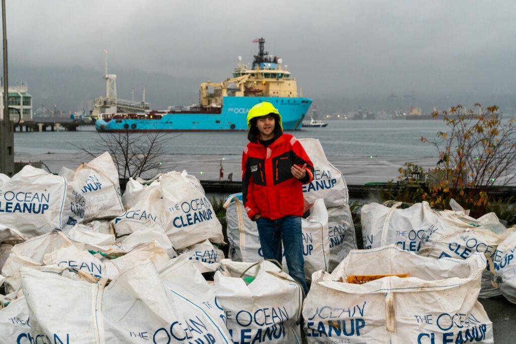 The Ocean Cleanup Gründer Boyan Slat beim Plastikmüll sammeln